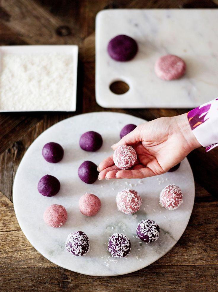 Raakapallot tehdään kaurasta, mansikoista ja kookoshiutaleista, ja lila väri tulee punajuuresta.