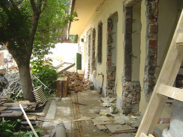 A Hadosztály épületének átalakítás előtti pillanatai. A főzőkonyha és a CSANA előtti udvarrész átadás előtt pár hónappal.