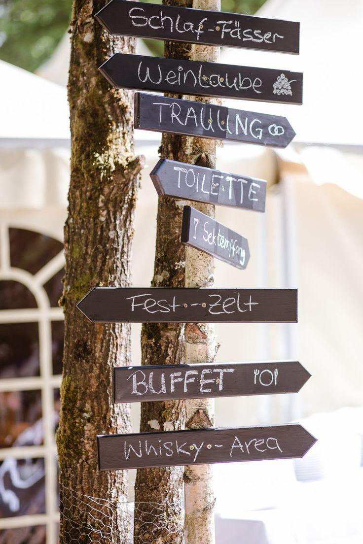 Holzschild als Wegweiser bei der Hochzeit.  Foto: Annika & Gabriel Fotografie
