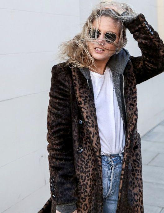 Rien de tel qu'un sweat à capuche pour dédramatiser un manteau léopard ! (photo Fashion Me Now)