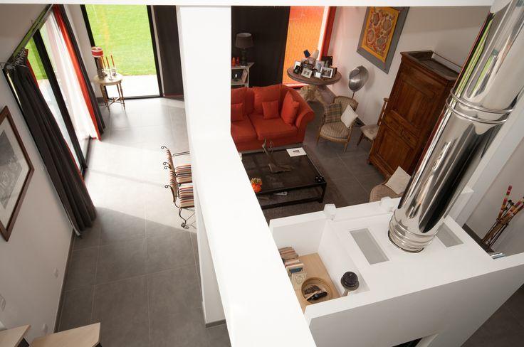 Le projet s'articule autour d'une galerie centrale sur deux niveaux reliant l'entrée à la montée d'escalier situé à la jonction du salon, de la salle à manger et de la cuisine. Le salon et la salle à manger sont coupés par une cheminée à double ouverture dont le conduit inox se prolonge dans la mezzanine de l'étage.