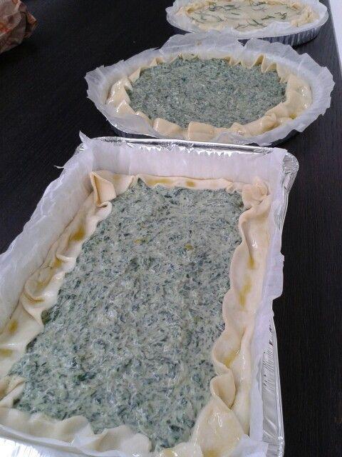 Preparazione torta agli erbetti bietole e spinaci