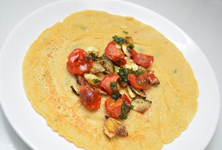 Glutenfrie kikertpannekaker (like delar kikertmjøl og vatn) med ovnsbakte grønnsaker #salvie #sage #vegan #vegetarian #chickpea #garbanzo #gram_flour