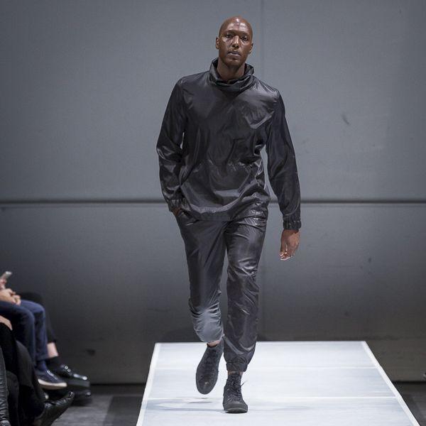 Manteau ciré avec poche kangourou.  100% Nylon, imperméable  Créé et fabriqué à Montréal.  Découvrezd'autres produits de Naïké