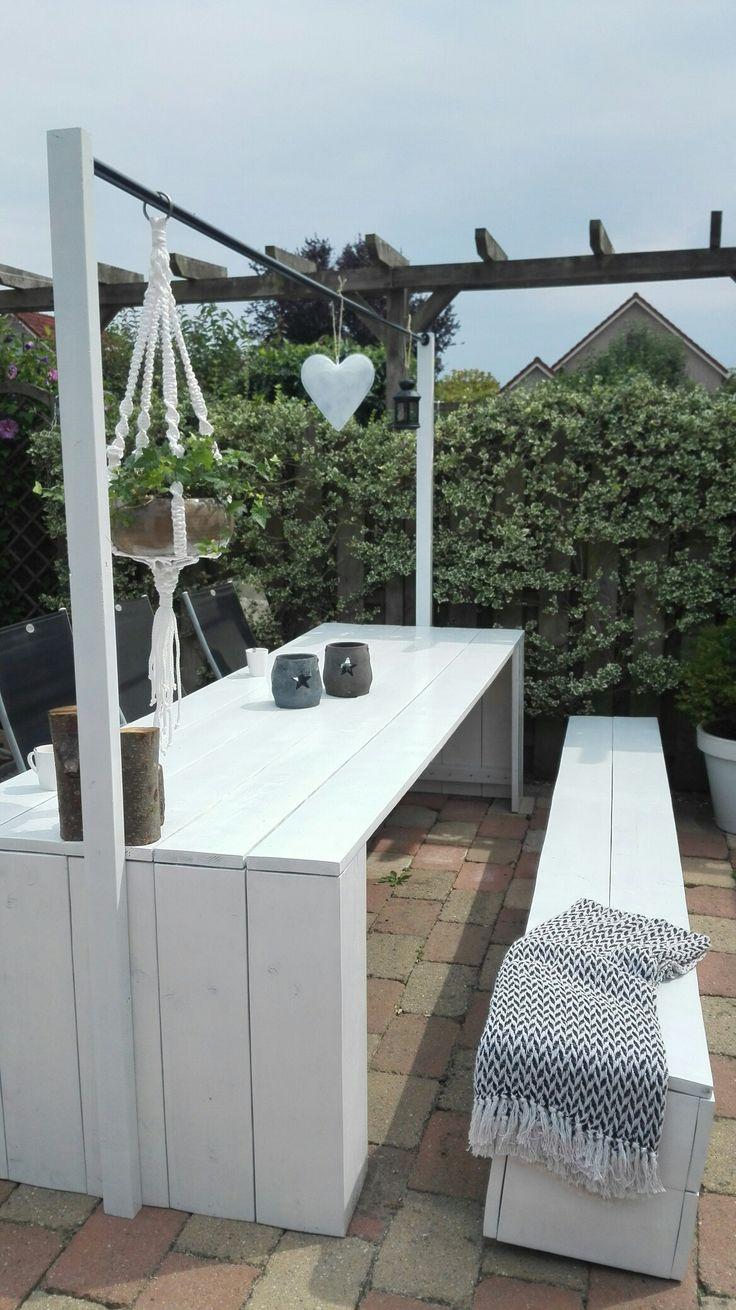 Tafelklem zou op deze tafel niet passen. Heb twee balkjes wit gemaakt en er een roede van IKEA tussen gezet. Maakt gelijk sfeer, zie ook mijn andere foto's.