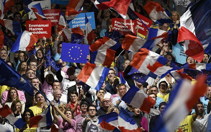 Alors que la campagne média contre le républicain François Fillon bat son plein en France, LR Russie subit la même pression, déclare Alexis Tarrade à Sputnik. Tout en diabolisant LR pour faire gagner M. Macron, les journalistes français en Russie manifestent leur complaisance portant des T-shirts En Marche! et participant à des actions militantes.