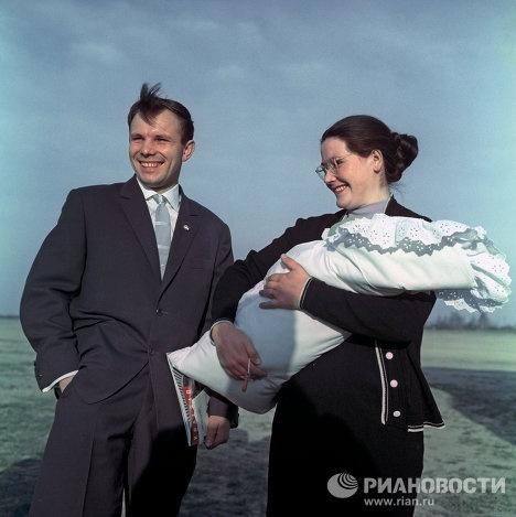 Юрий Гагарин с супругой и дочкой--Gagarin's family