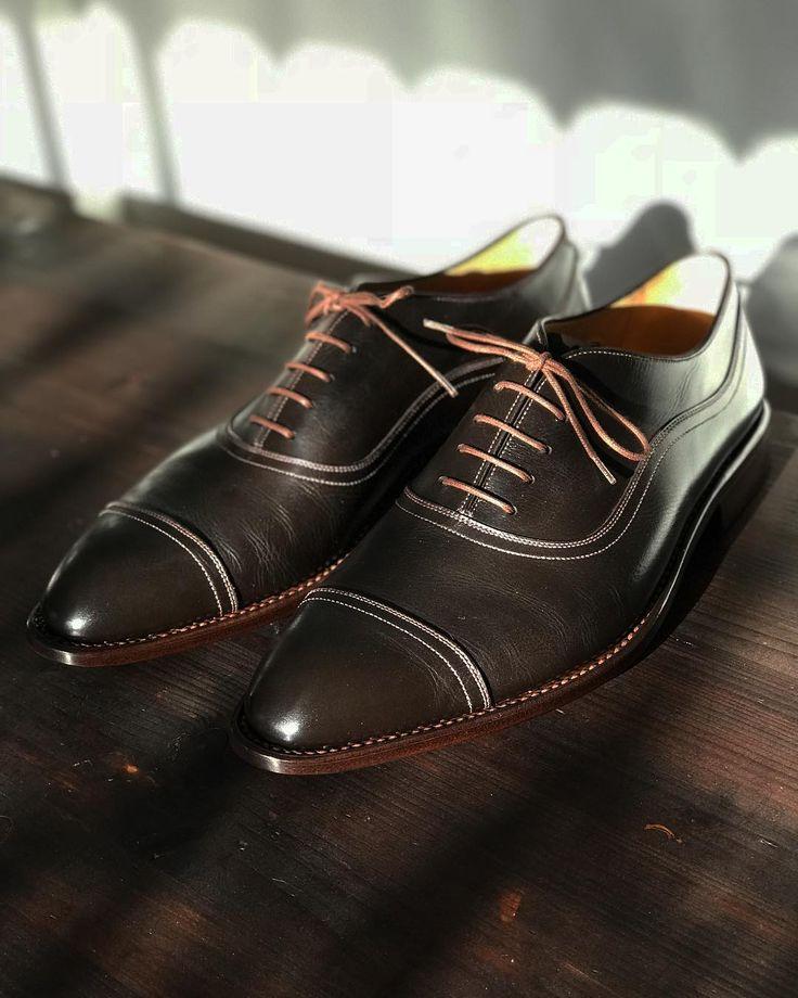 Naše #boty na zakázku si můžete objednat v různých barvách. Například tento #oxford můžete mít v černé tmavě modré bordo a dalších barvách podle Vašeho #prani. #botynazakazku můžou být i ručně patinované. Přijďte si je vyzkoušet. #vrchlickeho60 #zacharias #svec #praha