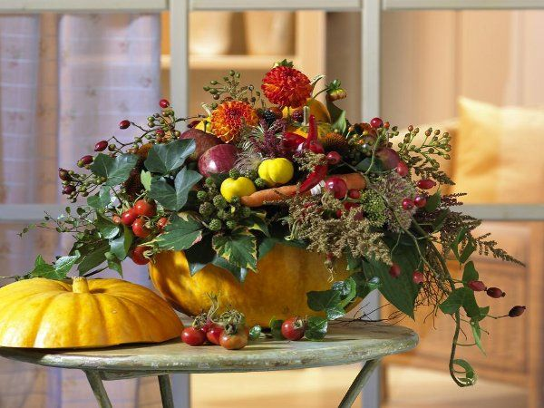 easy pumpkin centerpieces autmn flowers ivy