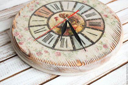 Купить или заказать часы настенные массив СТАРИННЫЙ КАНТРИ в интернет-магазине на Ярмарке Мастеров. часы настенные массив СТАРИННЫЙ КАНТРИ Часики из массива сосны, толстенькие, браш. Очень необычные, уютные и теплые. Прекрасное дополнение к кухне или интерьеру загородного дома. Сзади два крепления-подвеса. Бесшумный механизм. Работают от одной батарейки АА. Размеры: диаметр 24см.