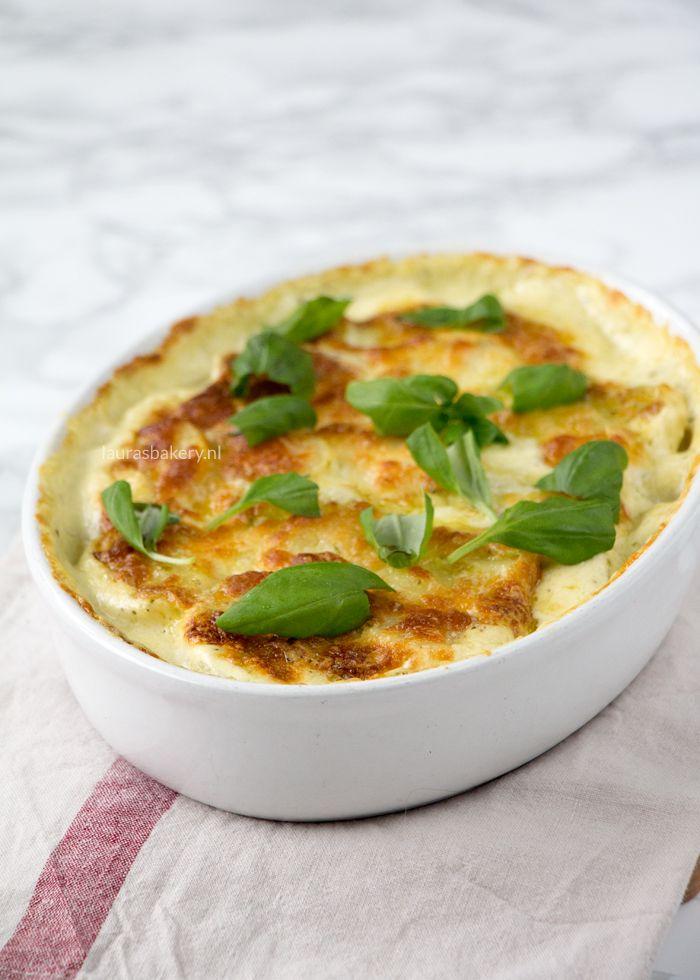 Probeer deze mozzarella aardappel gratin met pesto eens uit als je een lekkere twist wilt geven aan je dagelijkse portie aardappelen.