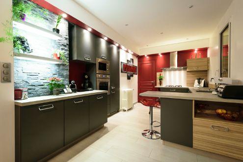 Une vaste cuisine moderne aux accents asiatiques réalisée par le magasin Arthur Bonnet de Chambray-lès-Tours - Modèle Harmonie, Ligne Collections