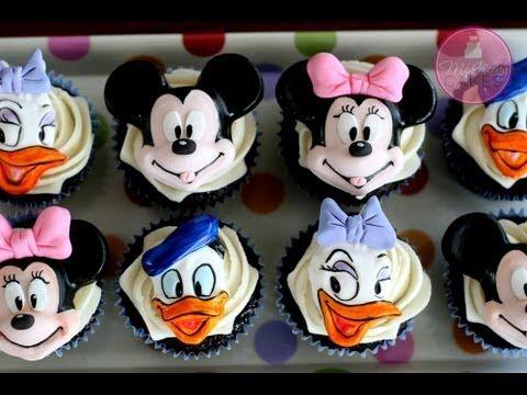 Bra exempel på hur man kan använda en figurform och sedan färglägga med tex. pastafärg. Kul :D How to Make Mickey & Minnie Cupcake Toppers; McGreevy Cakes - YouTube