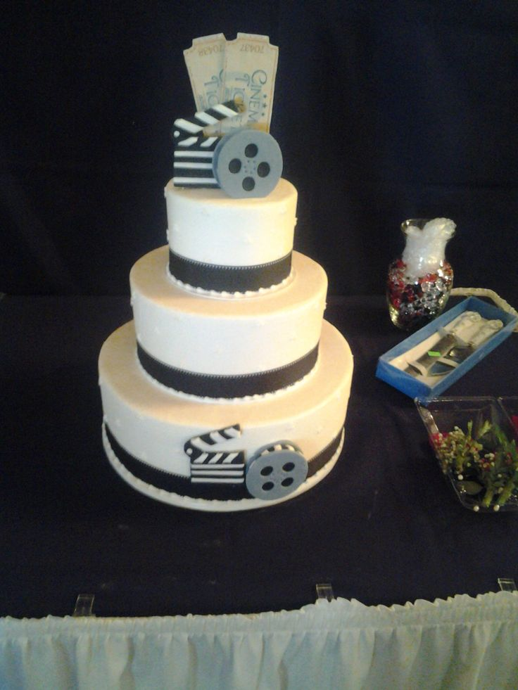 We love this creative old time movie themed Wedding cake!