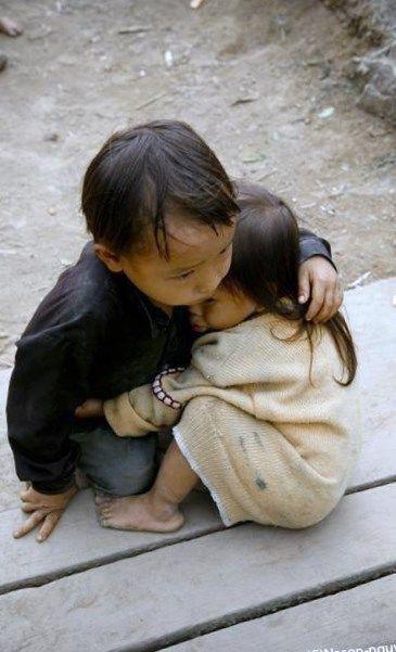Träume, dass jemand für dich da ist – vier Jahre alter Bruder und zwei Jahre alte Schwester in Vietnam – Foto von Na-Son Nguyen, 2007 – #brother #Dream #Nam #Na …