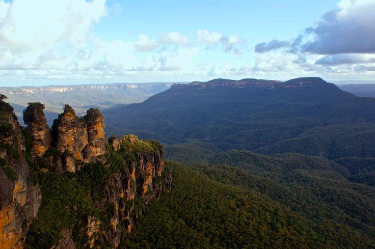 Les Blue Moutains, terre des Aborigènes, sont inscrites au patrimoine mondiale de l'Unesco. Situées à 100 km à l'ouest de Sydney, ces grandes vallées peuplées d'eucalyptus offrent des panoramas à couper le souffle et une multitude d'activités en plein air.
