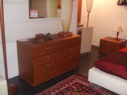 Gruppo letto in legno di teak impiallacciato composto da comò cm.125 con 3 cassetti e due comodini da cm. 63 x 48 a 2 cassetti. Possibile avere anche lo specchio a muro.