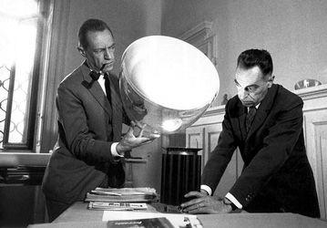 Les célèbres frères Castiglioni et leur lampe Taccia encore en vente aujourd'hui