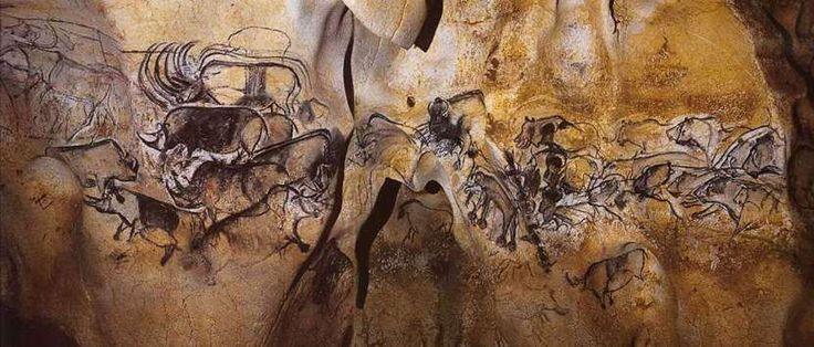 Grotta di Chauvet; 32.000 anni fa, Paleolitico superiore aurignaziano; Francia, comune di Vallon-Pont-d'Arc, regione Rodano-Alpi. La grotta di Chauvet, scoperta il 18 dicembre 1994 dallo speleologo e fotografo Jean-Marie Chauvet, fu scavata dal fiume Ardèche in una montagna, nella quale si estende per circa 500 metri. La grotta possiede 500 opere tra pitture e graffiti, considerati i più antichi reperti paleolitici conosciuti. Si pensa che all'epoca si trattasse di un luogo di culto.