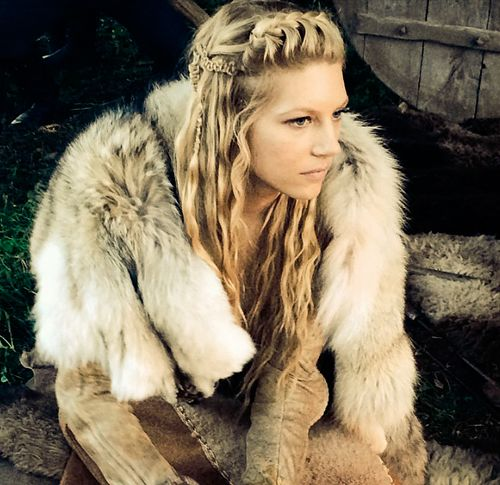 thorvalkyrie:  Behind the scenes of #vikings. #lagertha [x]                                                                                                                                                     More