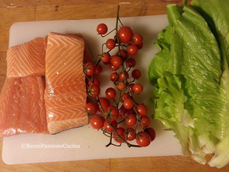 Salmone Pomodori ciliegini  Insalata lattuga romana