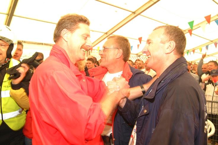 Oud bestuursleden Cees van Dijk, Jacob Hoogenboom en Peter van der Noord feliciteren elkaar na afloop van de Roparun in Parijs.