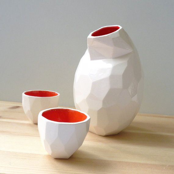 Ceramic tableware at a low resolution. Instead of smooth shapes, this pottery is build up out of polygons. It has a very surprising shape, and will perfectly fit in a modern environment. Due to the polygons, the grip is a lot different.