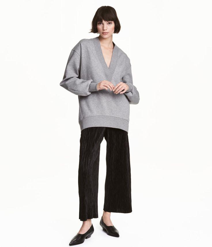 Sieh's dir an! Weite Knöchelhose aus weichem, plissiertem Jersey. Modell mit Stretchbund und tiefem Schritt. Gerade Beine mit offener Kante unten. – Unter hm.com gibt's noch viel mehr.