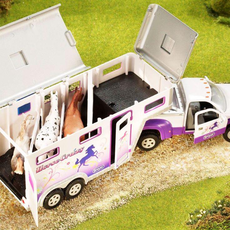 Caminhonete e Trailer Horse Crazy Para a Cowgirl   Caminhonete e Trailer Horse Crazy Para a Cowgirl. Agora você pode ter a miniatura perfeita de um trailer de transporte. Pode ser usado como objeto de decoração ou como Brinquedo. Faça os momentos no campo reais e sinta a natureza! São perfeitas esculturas e acessórios para colecionar. Contém uma caminhonete com detalhes perfeitos, trailer com porta cavalos, porta sela, porta lateral, portas traseiras e aberturas no teto.