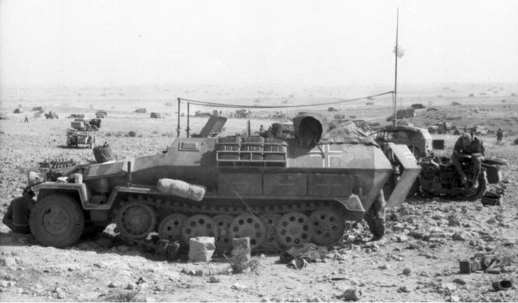 1942, Afrique du Nord, Près de Bir Hakeim, Un mittlerer Schützenpanzer Sd.Kfz. 251 avec antenne radio.