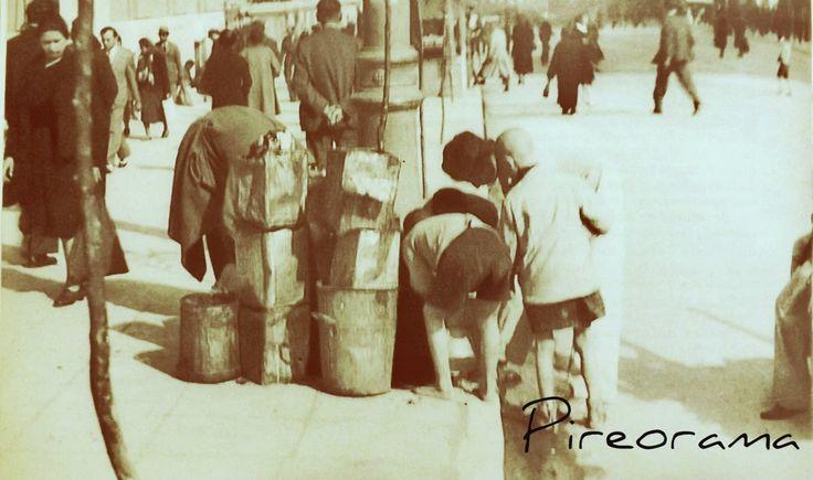 Παιδια ψαχνουν για φαγητο .Πειραιας 1940-44