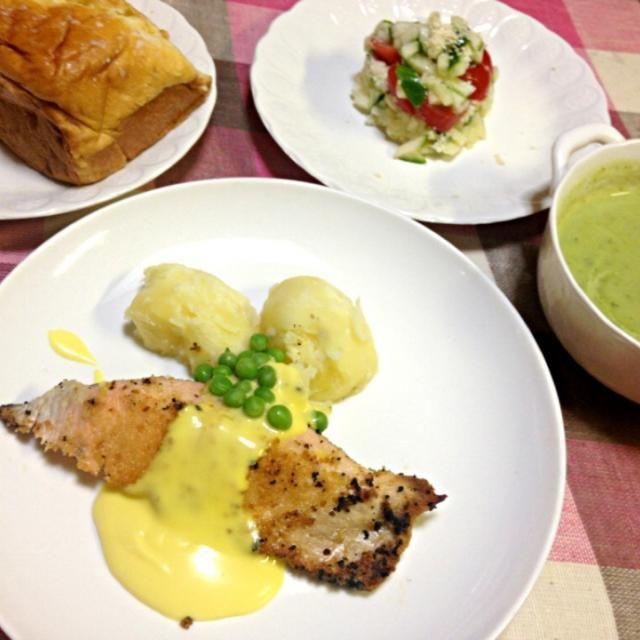 フランス料理1日目。パンはフランスで買ったもの。スープとソースも。 - 7件のもぐもぐ - サーモンのムニエル、スープ、サラダ、パン by pianokitty