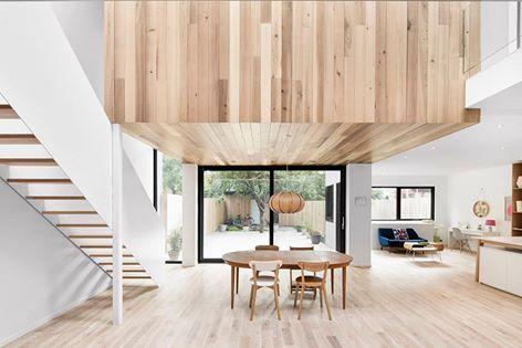 加拿大蒙特婁的清美學住宅。 原本是四座連棟式建築,其中一棟改建為單戶住宅,長型空間利用一樓的庭院將光線帶入室內,木素材與大面積的留白製造了清爽舒適的空間氣息,降低樓板的部分以木材質包覆,讓進入室內的光線變得溫暖柔和。  via EM architecture