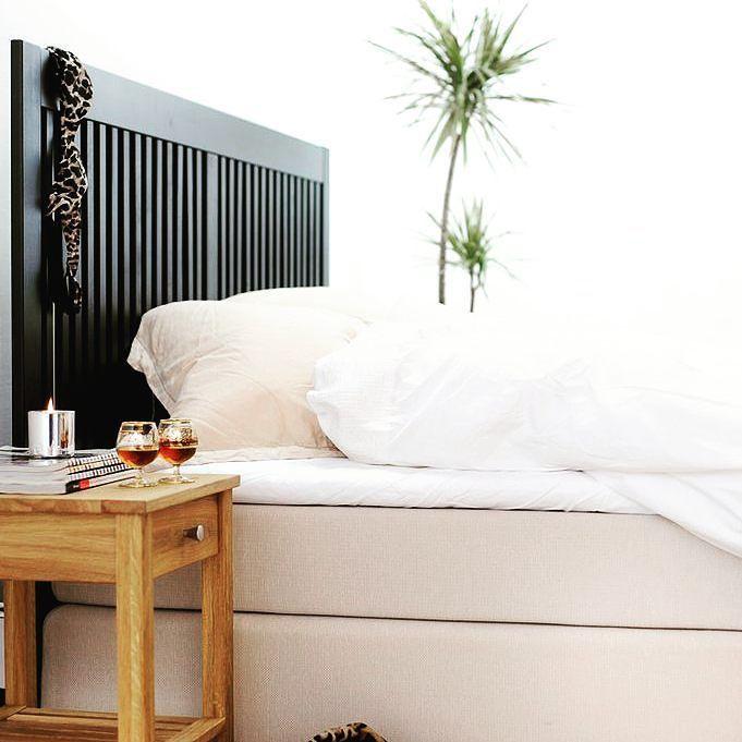 Trevlig helg! Hoppas ni fått en skön sovmorgon idag eller har möjlighet att få en snart.  Här är en bild på ett av våra populäraste sängbord och sänggavlar NOVA från Zebra Collection. Finns i olika färger och träslag på Sovrumsshoppen.se  #sängbord #sovrum #säng #sänggavel #nighttable #headboard #hem #home #homedecor #interiordesign #interior #inredning #inredningsdetaljer #nordiskdesign #zebracollection #bedroom #scandinavian #scandinaviandesign #sleepy #sleep #inredningsinspiration…