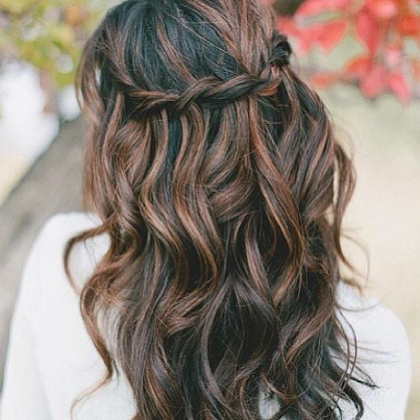 Tresse en cascades sur cheveux bouclés