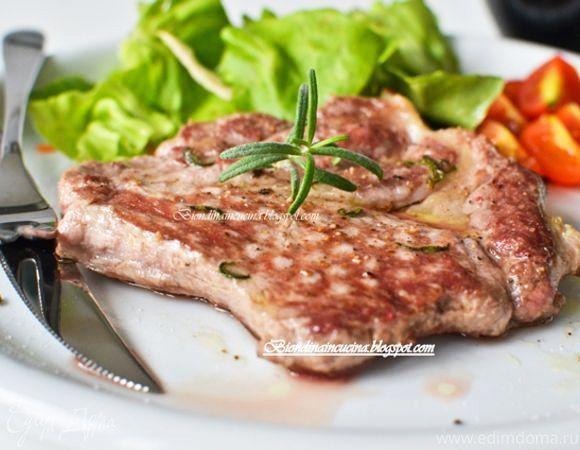 Стейк в маринаде из розмарина и чеснока  Простое в приготовлении и очень вкусное мясное блюдо. Благодаря особому маринаду стейк получается нежным и ароматным. Дополните мясо ягодным соусом или свежими овощами. #стейк #маринад #вкусно #легкоприготовить #секрет #готовимдома #едимдома #кулинария #домашняяеда #розмарин #чеснок