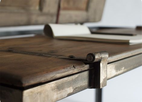 Un escritorio hecho con una puerta antigua