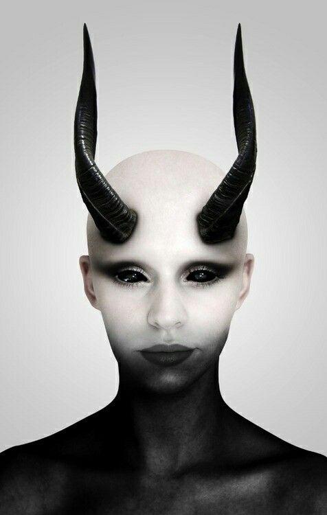 Anna Make Up von schwarz auf weiss in Ihr weisses Haar übergehend