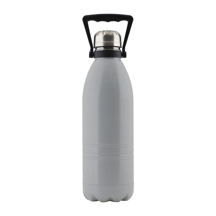 Thermoskanne matt, grau  Ein warmes Getränk an einem kalten Tag wärmt nicht nur den Körper, sondern auch den Geist. Damit Du Dir immer und überall eine Tasse Entspannung genehmigen kannst, bieten wir Dir so hübsche Thermoskannen wie diese Kanne von House Doctor. Ihr außergewöhnliches Design und der edle matt-graue Look machen sie zu einem unverzichtbaren Accessoire in der kalten Jahreszeit. Gut, dass die Kanne 1,5 Liter fasst - hier darf geteilt und zusammen geschlürft werden!