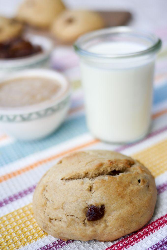 Rosinenbrötchen mit Dinkelmehl, Apfelmark und Milch - die perfekten Brötchen für Kinder - Gaumenfreundin Foodblog #dinkelvollkornmehl #milchbrötchen #brötchenfürkinder #milchrezepte #brötchen #rezepte #rosinen