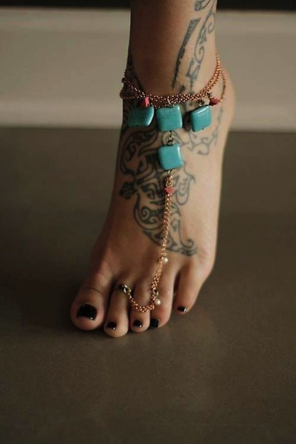 TRENDING: Hand & Foot Chains: Glamorous, Beachy, and Edgy Jewelry Styles | The Official Pura Vida Bracelets Blog