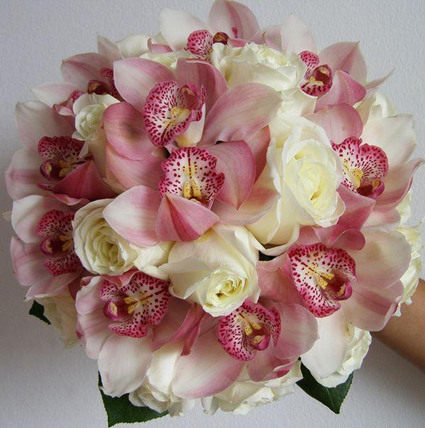 Rosas brancas e orquideas