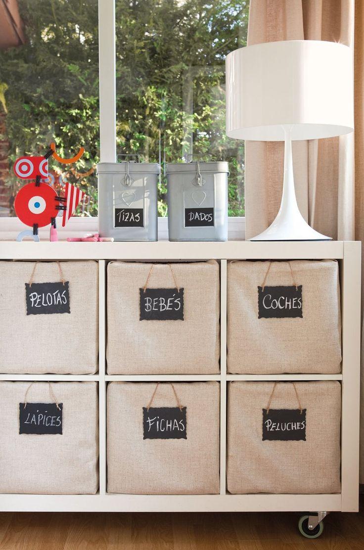 De Ikea, y personalizada con etiquetas. En esta cómoda los niños guardan sus cosas y así disponen de un espacio propio en el salón.: