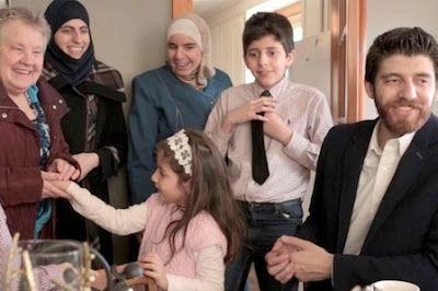 Isam y la fábrica de chocolate: la historia de refugiados sirios que hizo famosa Justin Trudeau. Cuando el fuego devastó la ciudad canadiense de Fort McMurray, los Hadhad decidieron donar a sus nuevos compatriotas las ganancias de un mes de su exitoso emprendimiento. Ashifa Kassam   El Diario, 2017-05-15 http://www.eldiario.es/theguardian/Isam-chocolate-refugiados-relanzan-Canada_0_642886391.html