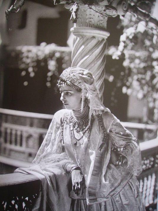 "Mauresque d'Algérie (19e) /  Moresque of Algeria (19th) :  : Les Maures, ou anciennement Mores, sont originellement des populations Amazighs peuplant la partie ouest du Maghreb. Le terme a ensuite été utilisé en Europe pour désigner les Musulmans du Maghreb qu'ils soient d'origine arabe ou amazigh. / The term ""Moors"" has been used in Europe in a broader sense to refer to Muslims, especially those of Arab or Berber descent, whether living in Spain or North Africa"