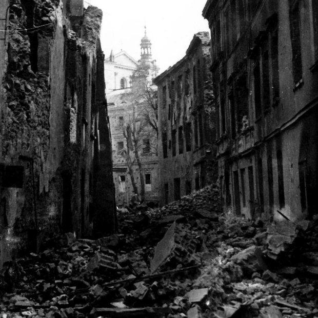 9 września 1939 roku nad miasto nadciągają niemieckie bombowce. To kolejny nalot tej wojny. Ale jego skutki nigdy nie były tak straszliwe