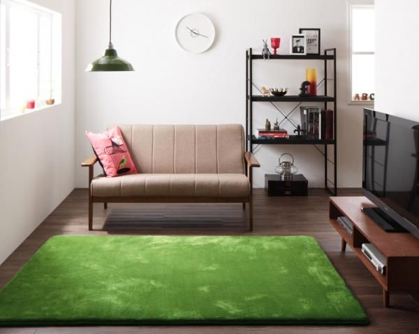 コーディネートは家具にばかり意識がいってしまいますが、ラグなどの敷物もコーディネートに欠かせない大事なアイテムです。 ふわふわの触り心地のラグを敷くだけで、お部屋の快適さがグンとアップします。 ラグ選びを中心に、心からリラックできるくつろぎコーディネート例を紹介します。   ふわふわラグが心地いい!心からリラックスできるくつろぎコーディネートのインテリアコーディネート実例写真