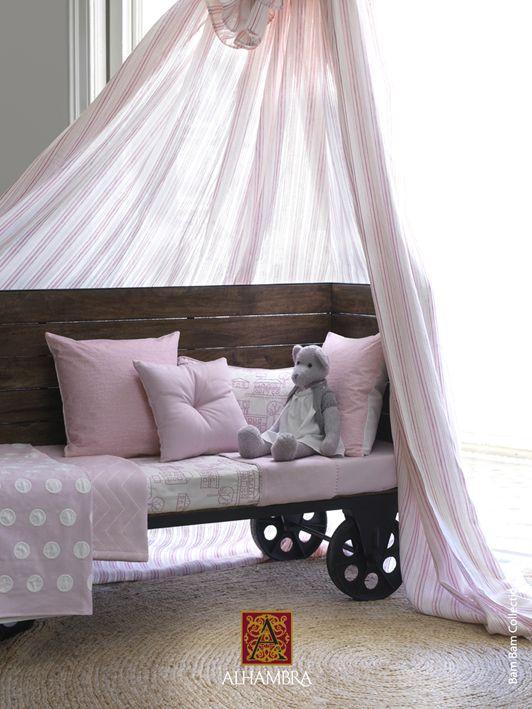 Habitación niña en rosa palo. Tela y papel en Pandora Carcaixent y Pandorababykids.com