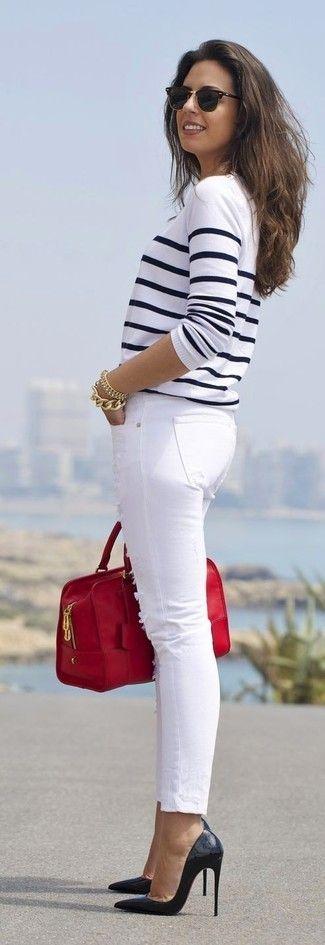 Look de moda: Jersey con Cuello Barco de Rayas Horizontales Blanco y Azul Marino, Vaqueros Azules, Zapatos de Tacón Rojos, Bolsa Tote de Cuero Roja | Moda para Moda para mujer