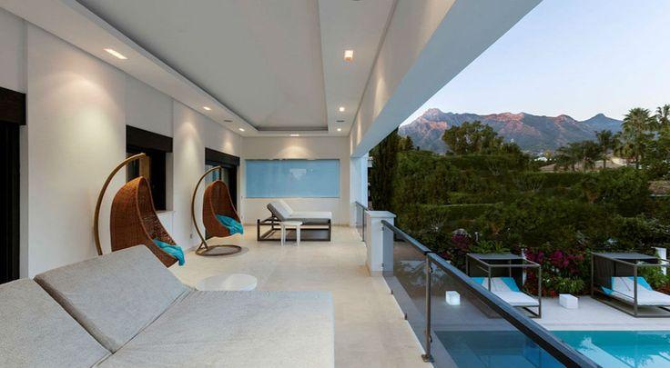 Les chambres situées au second niveau ont de grands balcons qui donnent sur le jardin ou la piscine